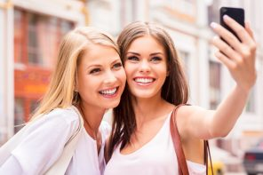 girls-taking-selfie